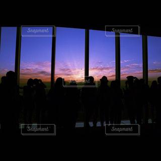 観衆の前で立っている人のグループの写真・画像素材[959840]
