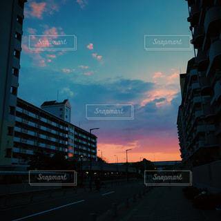 夕暮れ時の都市の景色の写真・画像素材[959842]