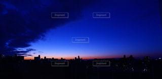 夜の街に沈む夕日の写真・画像素材[959843]
