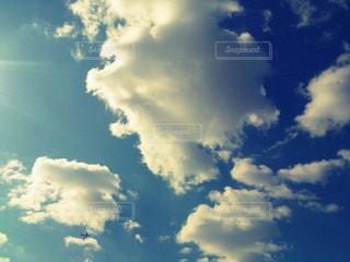 青い空に雲の写真・画像素材[1111281]