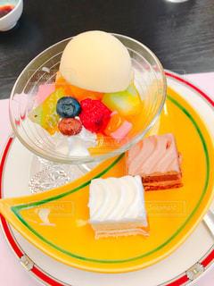 ケーキとフルーツの盛り合わせの写真・画像素材[898061]