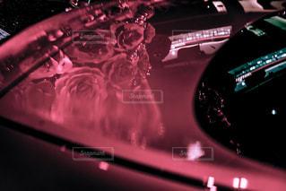 車に写る花の写真・画像素材[935182]