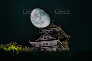 城にかぶる月の写真・画像素材[1469376]