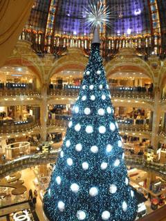 パリのデパートのクリスマスツリーの写真・画像素材[944424]