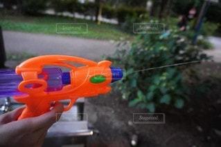 水鉄砲を持つ手の写真・画像素材[3534433]