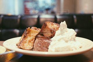 近くに食べ物のプレートのアップの写真・画像素材[1147020]