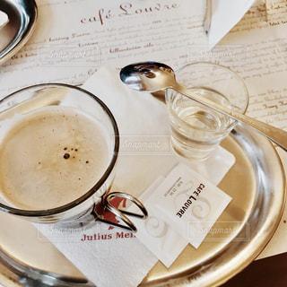 テーブルの上のコーヒー カップの写真・画像素材[883841]
