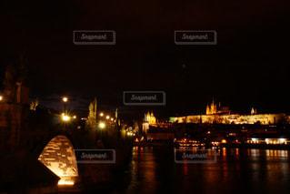大きな橋が夜ライトアップの写真・画像素材[893546]
