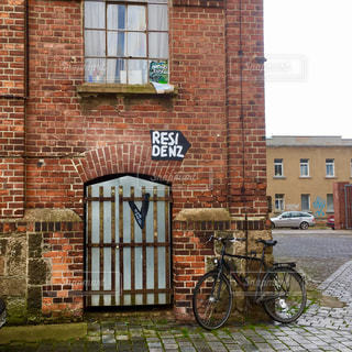 れんが造りの建物の前にある自転車の写真・画像素材[883898]