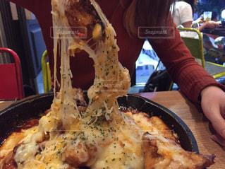 韓国のカロスキルで食べたチーズダッカルビの写真・画像素材[915600]