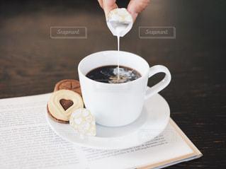 テーブルの上のコーヒー カップの写真・画像素材[1267720]