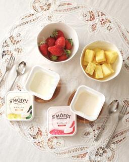 食べ物の皿をテーブルの上に置くの写真・画像素材[4275724]