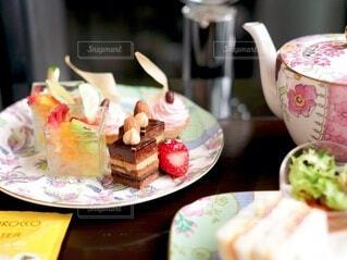 食べ物の皿をテーブルの上に置くの写真・画像素材[4281049]