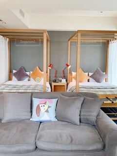 リビングルームに座っている大きなベッドの写真・画像素材[4285433]