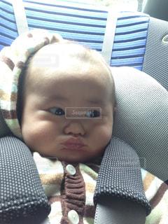 椅子に座っている赤ちゃん - No.928710