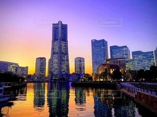 都市を背景にした水域に架かる橋の写真・画像素材[2718675]