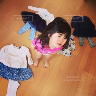 おもちゃを保持している小さな女の子の写真・画像素材[928167]