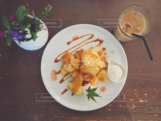 テーブルの上に食べ物のプレートの写真・画像素材[895250]