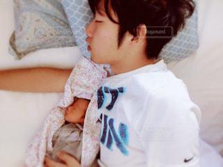 ベッドの上で寝る親子の写真・画像素材[954126]