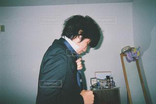 部屋に立っている男の写真・画像素材[1016651]