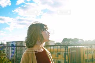 空を見上げる女性の写真・画像素材[1016893]