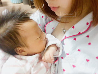 赤ちゃんを抱く母の写真・画像素材[1021534]