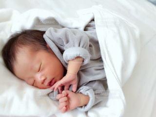 寝ている生後2週間の赤ちゃんの写真・画像素材[1021540]