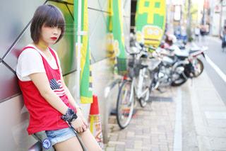 自転車の横に立っている若い女の子の写真・画像素材[1026223]