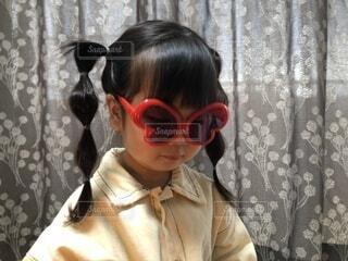 眼鏡をかけてカメラを見ている人の写真・画像素材[3686546]