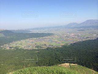 背景の山に大規模なグリーン フィールドの写真・画像素材[888005]