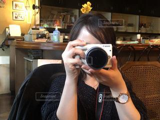 カメラのポーズをとる人の写真・画像素材[3459878]