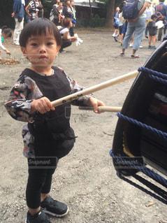 太鼓を叩く子供の写真・画像素材[893045]