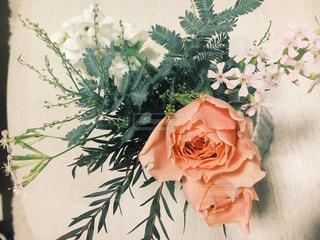 テーブルの上に花瓶の花の花束の写真・画像素材[889060]