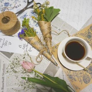 テーブルの上のコーヒー カップの写真・画像素材[1068270]