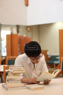 図書館で勉強中の写真・画像素材[2487129]