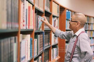 本を選ぶ男性の写真・画像素材[2495225]