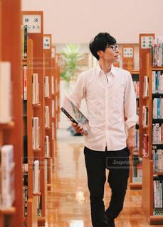 本を探す男性の写真・画像素材[2495247]
