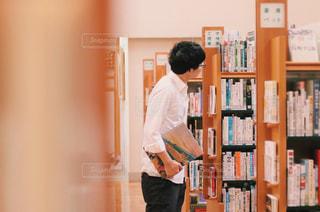 本を探す男性の写真・画像素材[2495266]