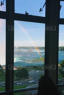 大きな窓の眺めの写真・画像素材[2508685]