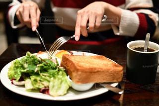 食品のプレートをテーブルに着席した人の写真・画像素材[1676990]