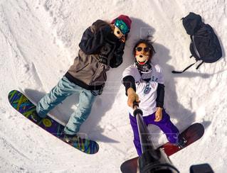 雪をスノーボードに乗る男覆われた斜面 - No.929155