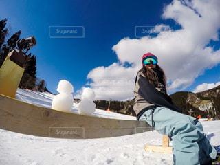雪をスノーボードに乗る女覆われた斜面 - No.929157