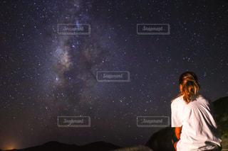空に立っている女の写真・画像素材[929180]