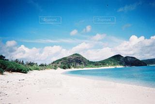 水の体の横にある砂浜のビーチの写真・画像素材[1100447]