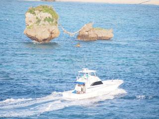 水の体の小さなボートの写真・画像素材[909162]