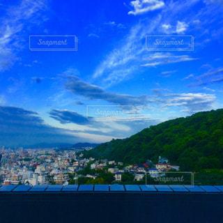 背景の山と街並みの写真・画像素材[1213424]