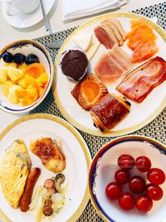 テーブルの上に食べ物のプレートの写真・画像素材[1853721]