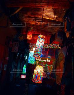 夜の店の前の写真・画像素材[1885910]