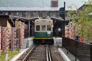 建物の近く下り列車を走行する列車を追跡します。 - No.913564