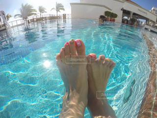 水のプールで泳いでいる人の写真・画像素材[894318]
